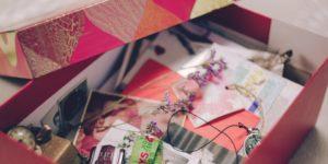 idée anniversaire couple : boite de souvenirs de couple remplie de photos, lettres et objets
