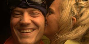 femme qui embrasse homme bisou sur la joue