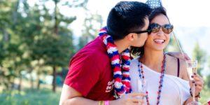 couple boit du champagne et s'embrasse, avec vêtements et accessoires dans le thème bleu blanc rouge Que faire pour un anniversaire de couple