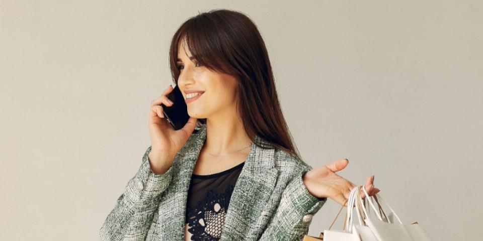 femme qui telephone pour faire des reservations et qui fait des courses de preparatifs
