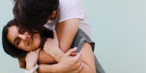 jeune couple, homme embrasse femme Que faire pour un anniversaire de couple ou de mariage