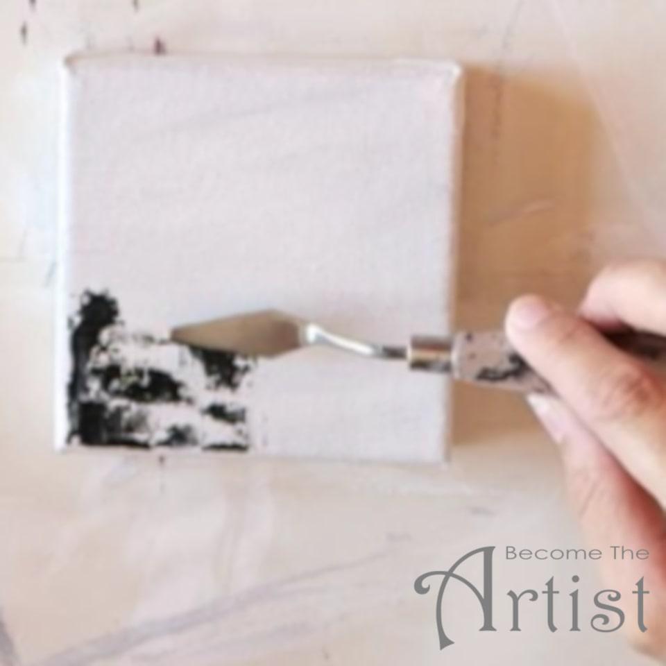 appliquer de la peinture acrylique noire avec un couteau à peindre