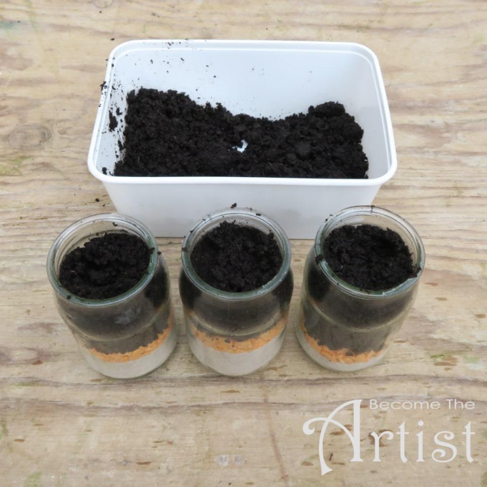 remplir les bocaux de terreau pour le rempotage
