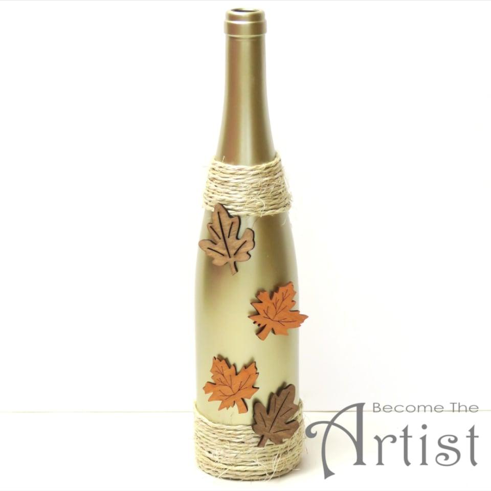 bouteille décorée avec des feuilles en bois