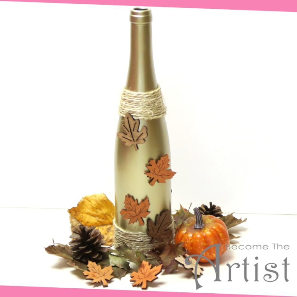déco d'automne, bouteille peinte endoré et avec des objets en bois collés dessus
