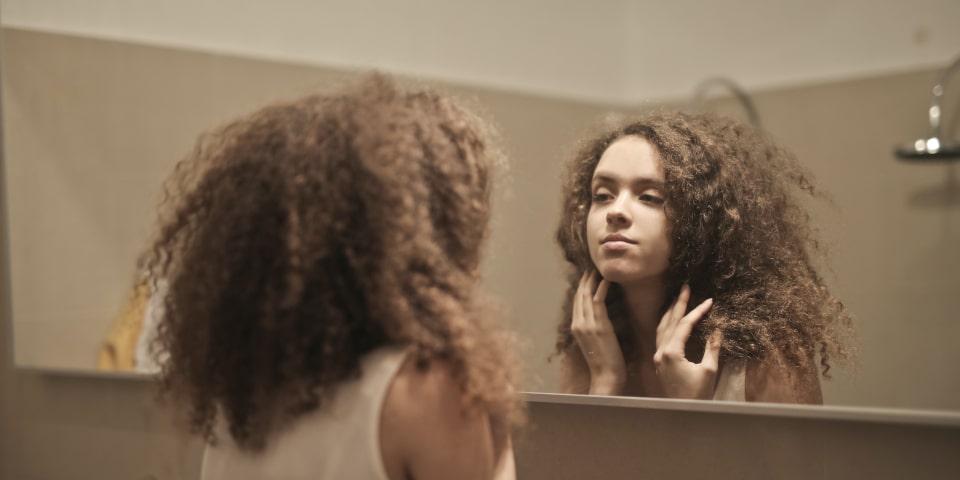 introspection se regarder dans le miroir faire un état des lieux seul