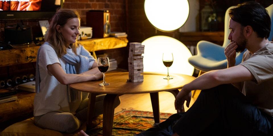 couple qui joue aux jeux de société à la maison