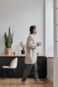 bouger maison - se lever et faire un tour dou living appartement maison