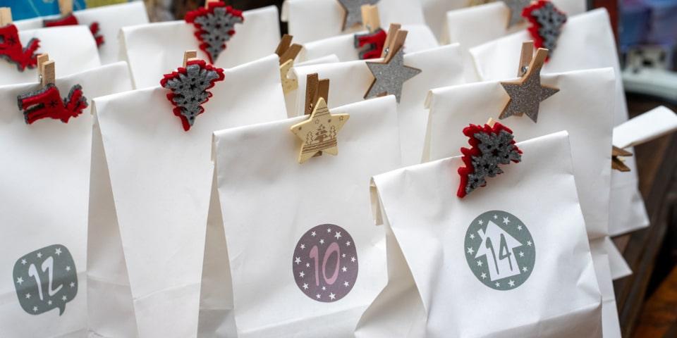 calendrier de l'avent avec des sachets et jolies pinces de Noël