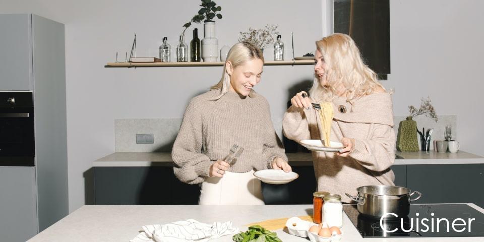 mere et fille cuisinent ensemble