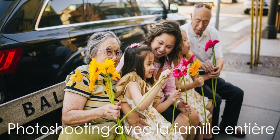 toute la famille fait une photo de famille avec des fleurs